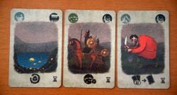 Karty wyzwań - na górze symbole terenu i przygody, na dole bonus